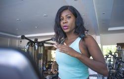 Внутри помещения портрет спортзала молодой разминки привлекательного и красивого черного афро американского sporty третбана трени стоковое фото rf