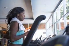 Внутри помещения портрет спортзала молодой разминки привлекательного и красивого черного афро американского sporty третбана трени стоковые фото