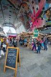 Внутри рынка Hall в Роттердаме на занятый день Стоковые Изображения