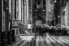 Внутри собора St Stephen с красивым украшением в вене, Австрия черная белизна стоковая фотография