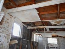 внутри старого дома сделанного из древесины стоковая фотография