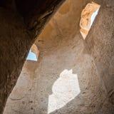 Внутри старого минарета, солнечный свет из окон Загубленный Al Jumail городка, Катар стоковые изображения rf