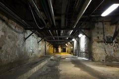 Внутри старого промышленного здания, подвал Стоковое Фото