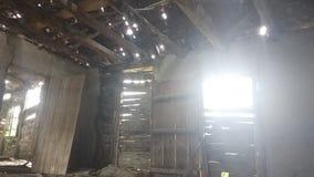 Внутри старых и получившихся отказ хижин в стене окна двери горы стоковая фотография