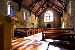 Внутри церков с деревянными скамьями и полом стоковые изображения
