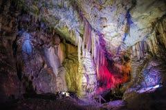 Внутри яркой и красочной пещеры Abrskil, абхазия Стоковые Изображения