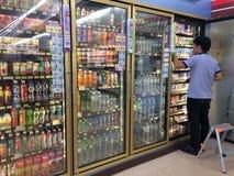 """Внутри """"7-11 """"самый известный удобный магазин в Таиланде стоковое фото"""