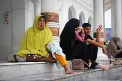 Внутри Baiturrahman большая мечеть центр мусульманской религиозной жизни города, восстановленной после цунами Люди a стоковое изображение rf