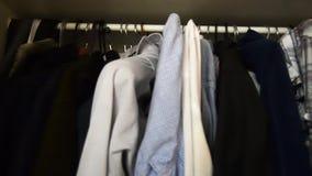 Внутрь a укомплектовывает личным составом wardroobe, одежды рубашек на вешалках акции видеоматериалы
