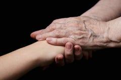 Внучка и бабушка держа руки Стоковая Фотография