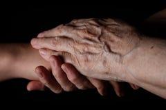 Внучка и бабушка держа руки Стоковое Фото