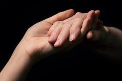 Внучка и бабушка держа руки Стоковые Изображения