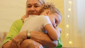 Внучка поцелуев и объятий бабушки Большой - бабушка выражает ее сильную влюбленность к ее больш-внучке сток-видео