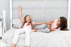 Внушительные добавления иметь сестру Сестры более старые или более молодой главный фактор в братьях имея более положительные эмоц стоковое изображение