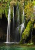 Внушительный маленький и милый водопад стоковые изображения