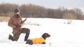 Внушительный молодой человек с его собакой во время звероловства сток-видео