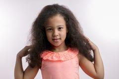 Внушительный ребенок с новым стилем причёсок после салона курорта стоковое изображение
