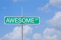 Внушительный знак улицы с предпосылкой голубого неба Стоковое Изображение RF