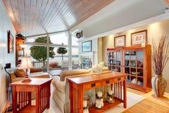 Внушительный интерьер живущей комнаты с склоняемым деревянным потолком Стоковое Изображение