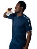 вода африканского спортсмена выпивая утомленная Стоковое Фото