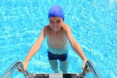 вода бассеина крышки мальчика вводя плавя стоковые фото
