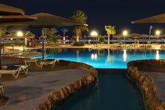 вода бассеина ночи гостиницы Стоковое Изображение RF