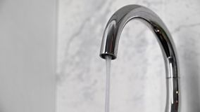 Вода бежать от крана в раковину Faucet с текущей водой акции видеоматериалы