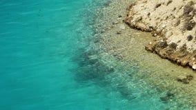 Вода бирюзы на пляже озера акции видеоматериалы