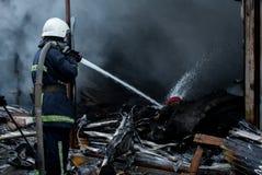 Вода брызга пожарных Дым и buiding после огня Стоковые Изображения RF