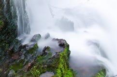 вода брызнутая утесом Стоковая Фотография RF