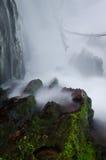 вода брызнутая утесом Стоковые Изображения RF