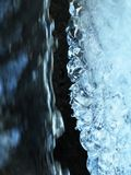 Вода быстро спешит за льдом стоковые фото