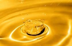 вода выплеска предпосылки золотистая Стоковое фото RF