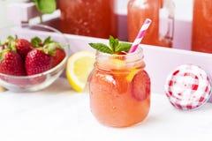 Вода вытрезвителя с клубниками, лимоном и мятой Стоковая Фотография RF