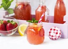 Вода вытрезвителя с клубниками, лимоном и мятой Стоковое Фото