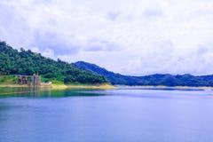 Вода в сельской местности запруды для производства электроэнергии с космосом экземпляра добавляет текст Стоковое Фото