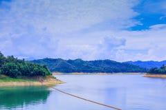 Вода в сельской местности запруды для производства электроэнергии с космосом экземпляра добавляет текст Стоковые Изображения RF