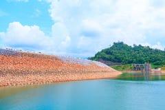 Вода в сельской местности запруды для производства электроэнергии с космосом экземпляра добавляет текст Стоковые Изображения