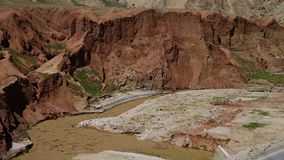 Вода глины пропуская на дне холма сток-видео