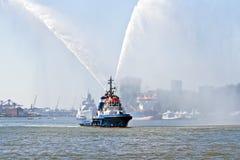 Вода голубой шлюпки пожара распыляя в гавани Нидерланды Роттердам Стоковые Фото