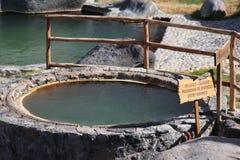 Вода горячей весны с предупредительным знаком Стоковая Фотография