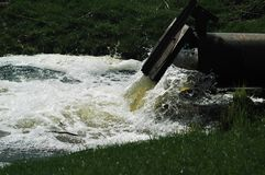 Вода грязи от трубы Стоковые Изображения RF