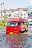 вода дороги 08 bangkok затопленная шиной местная ноябрь Стоковые Фотографии RF