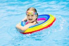 вода заплывания спорта бассеина ребенка Заплыв детей Игра воды Стоковое Изображение RF