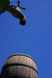 вода из крана старого типа бочонка Стоковое фото RF