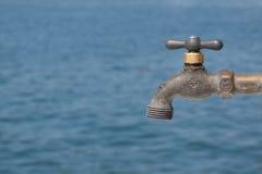 вода из крана backround голубая передняя Стоковая Фотография RF