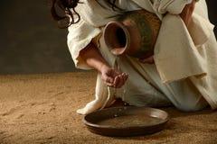 Вода Иисуса лить от опарника стоковые изображения rf