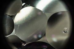 Вода и масло, красивая предпосылка конспекта цвета основанная на белых и серых кругах и овалах, абстракции макроса Стоковое Изображение
