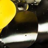 Вода и масло, красивая предпосылка конспекта цвета основанная на белых желтых и серых кругах и овалах, абстракции макроса Стоковые Изображения RF