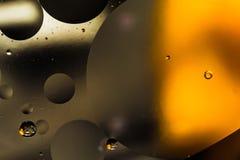Вода и масло, красивая предпосылка конспекта цвета основанная на белых кругах апельсина и серого цвета и овалах, абстракции макро Стоковая Фотография